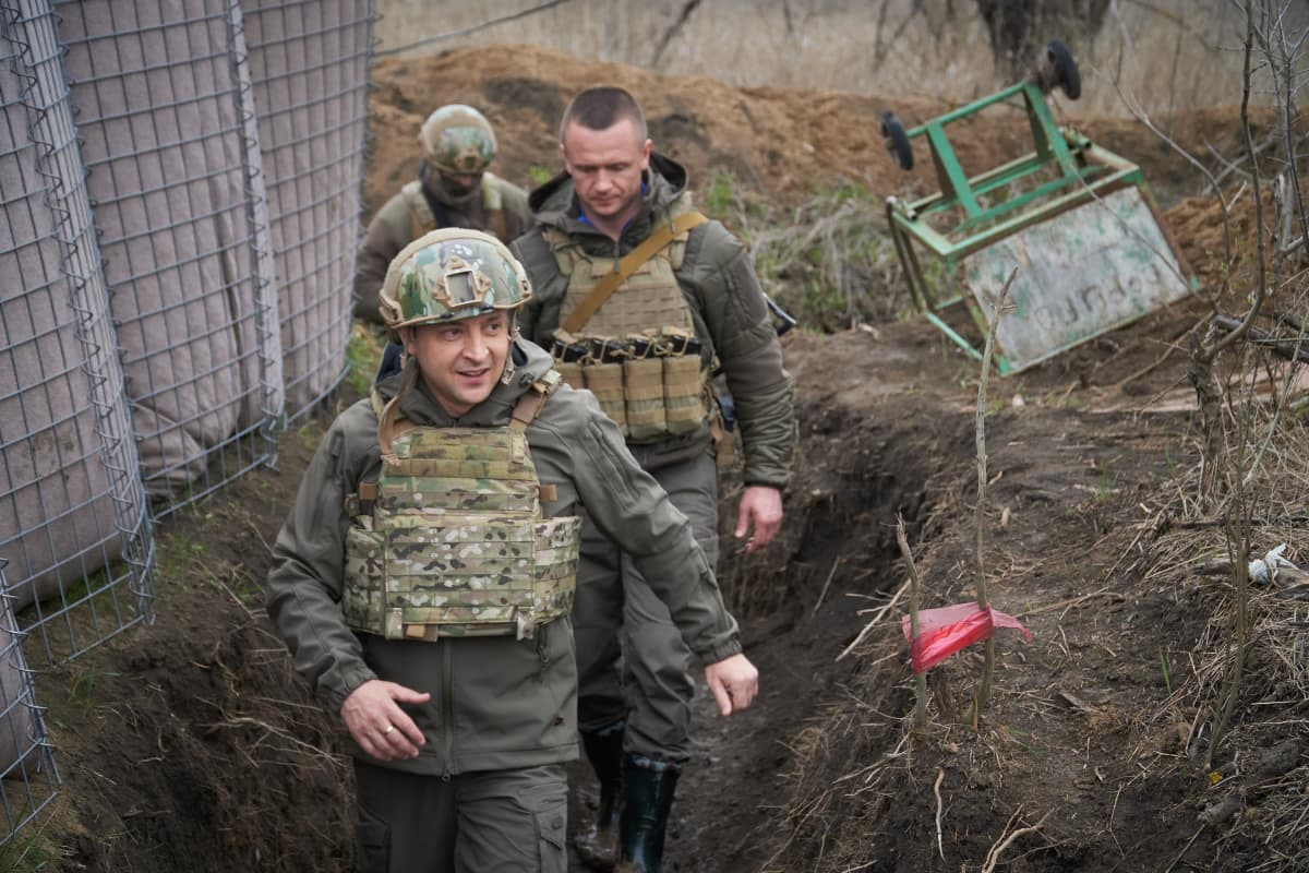 Ukrainan presidentti Volodymyr Zelenskyi (kuvassa etummaisena) vieraili Itä-Ukrainan rintamalla viikko sitten.