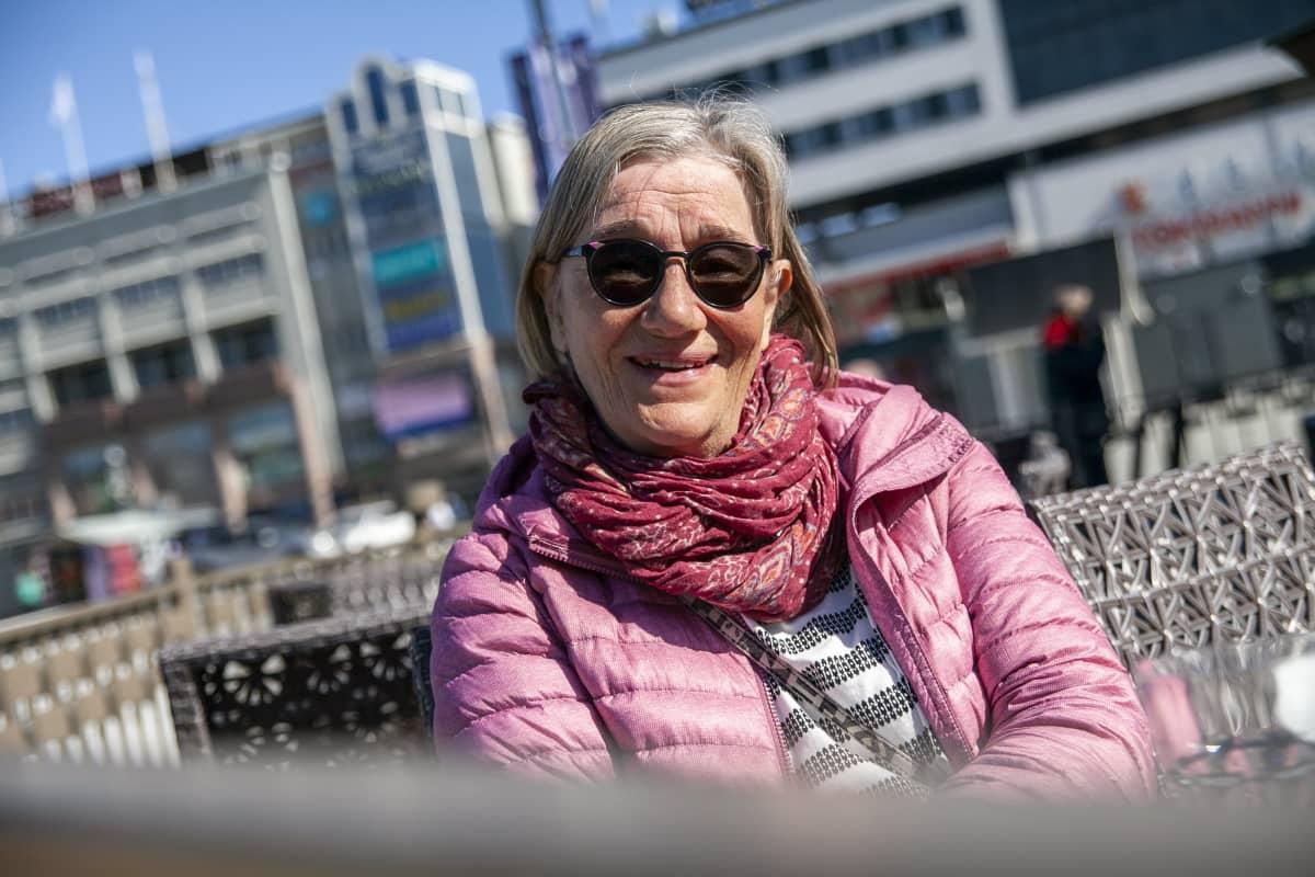 Arja Rouvinen nauttimassa lounasta ystäviensä kanssa Kuopiossa.