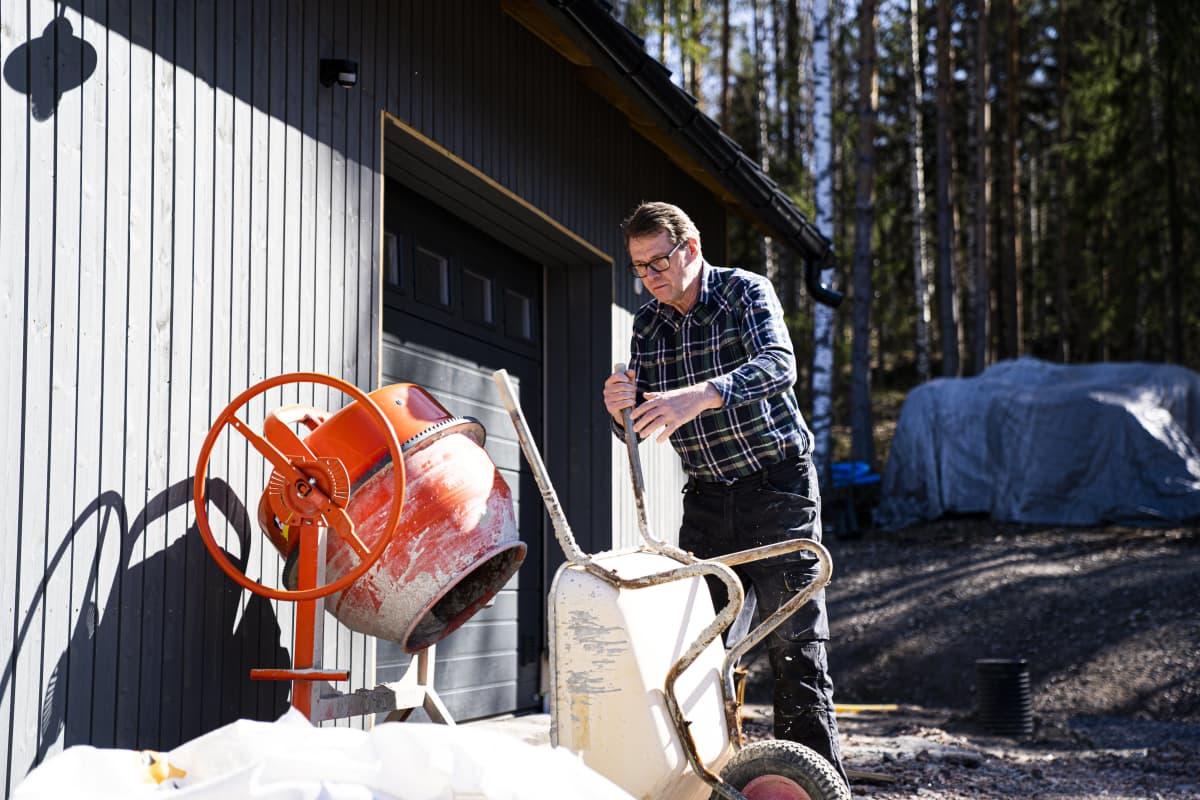 Matti Vanhanen uuden kotinsa rakennustyömaalla.