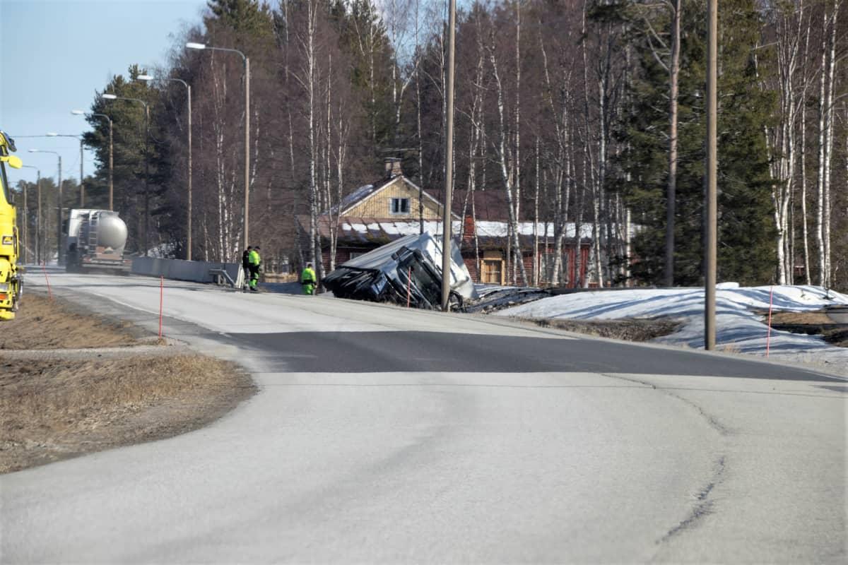 Kuorma auto kaatui launataina Kemissä.