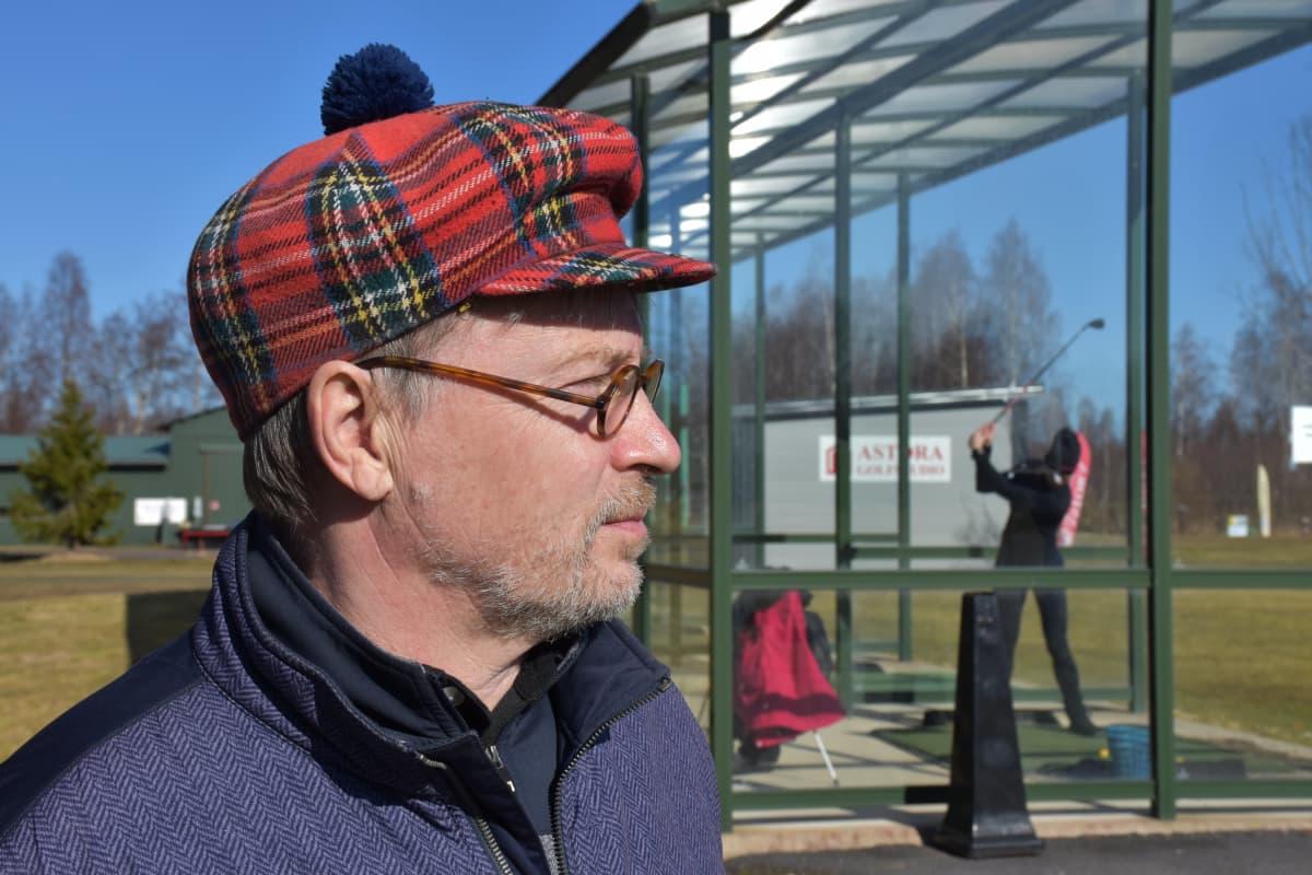 Porin Kalafornian golfkentän toiminnanjohtaja Ville Tuovinen range-paikalla.