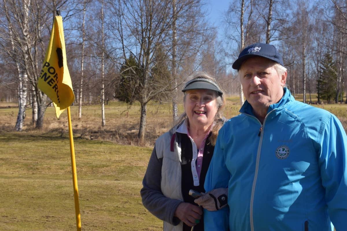 Ulvilalaiset Merja ja Harri Laaksonen Kalafornian golfkentällä Porissa.