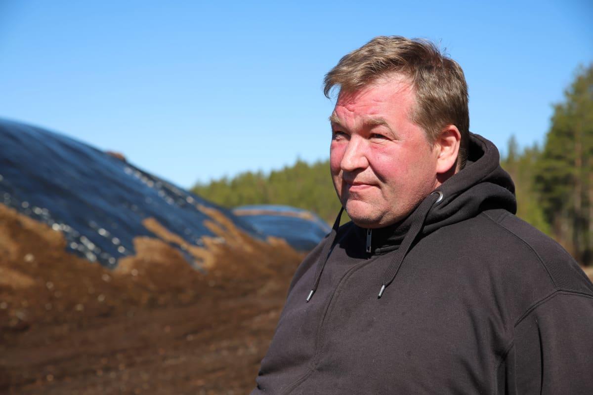 Turveyrittäjä Ari-Pekka Niemi turvekasojen vieressä.