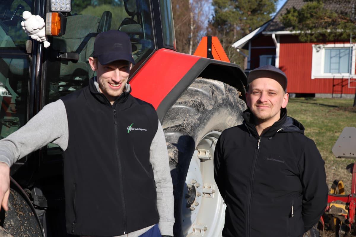 Perttu Perälä ja Jukka-Pekka Mäkelä traktorin vieressä