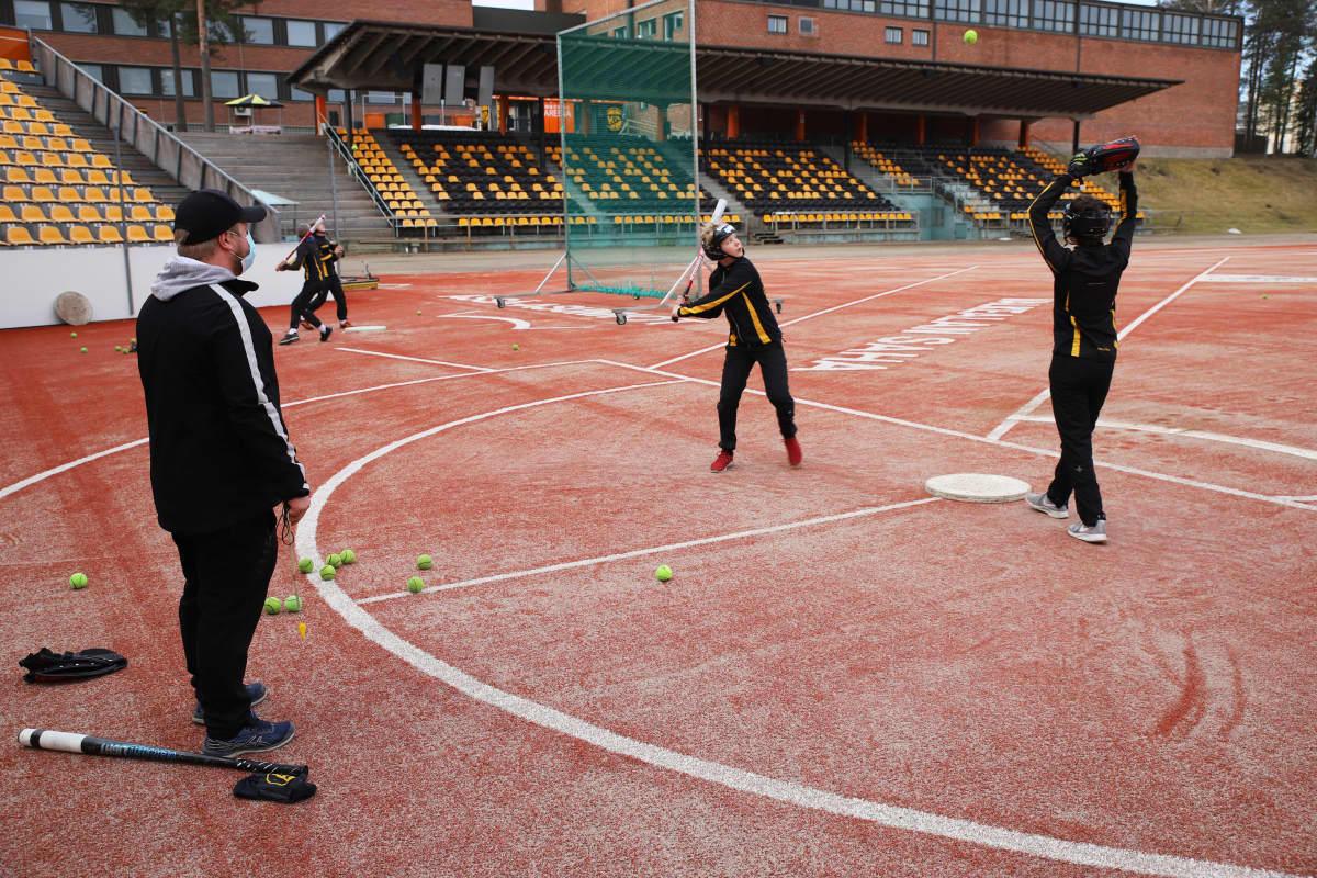 Kouvolan Pallonlyöjien C-juniorien pesäpalloharjoitukset Kouvolan pesäpallostadionilla.