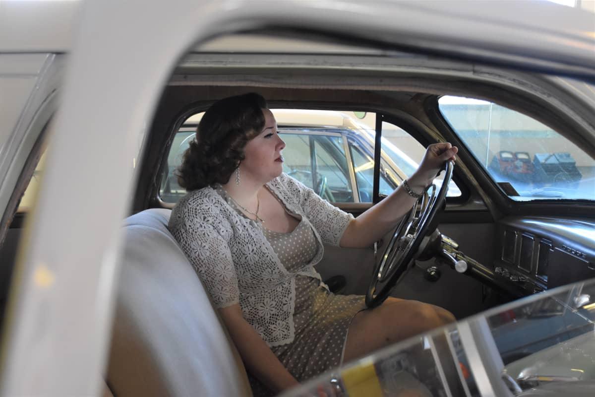 Satakunnan mobilistien Outi Kela autonsa ratissa odottamassa kevätkauden alkua.