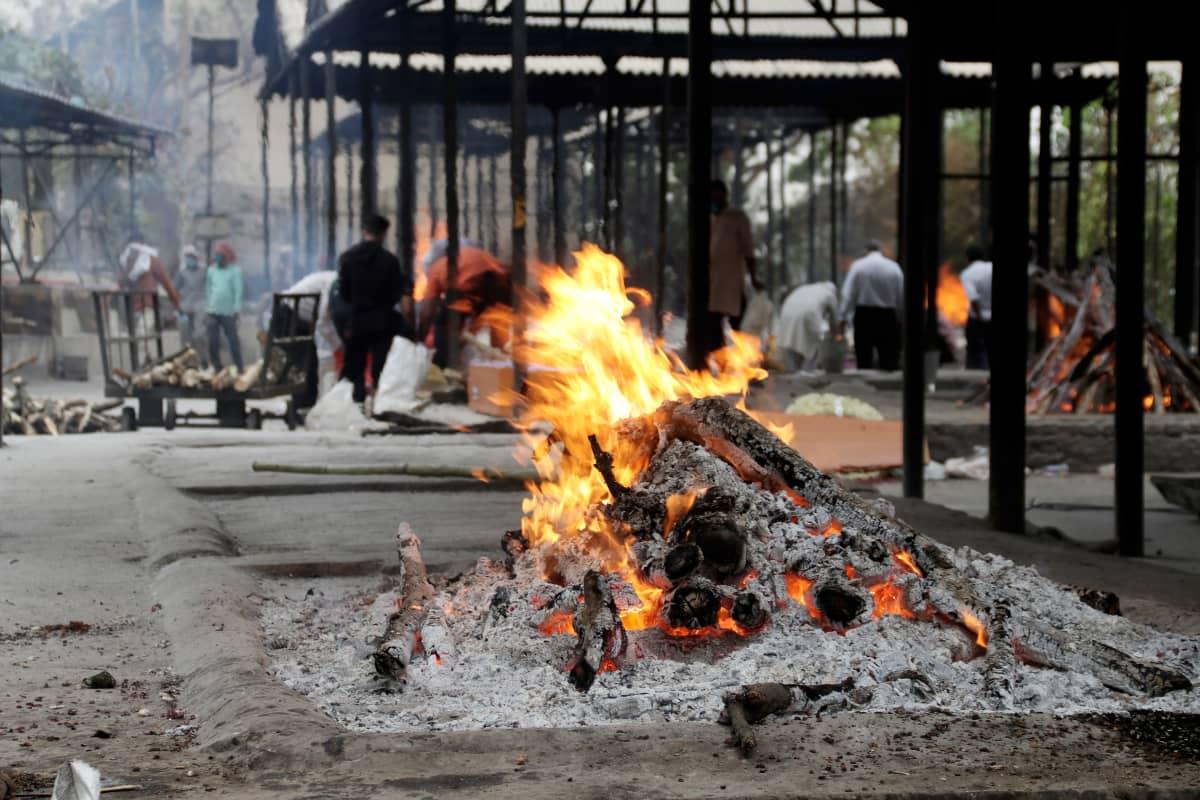 Ghaziabadissa sijaitsevalla polttohautausmaalla on koronapandemian takia paha ruuhka.