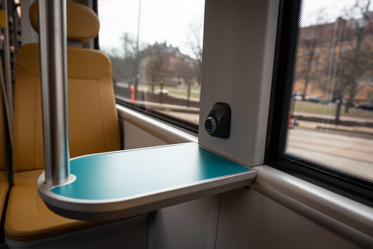 Helsingin uusi Raide-Jokeri-linjalle tuleva pikaraitiovaunussa on matkustajien käytössä USB-latauspisteitä