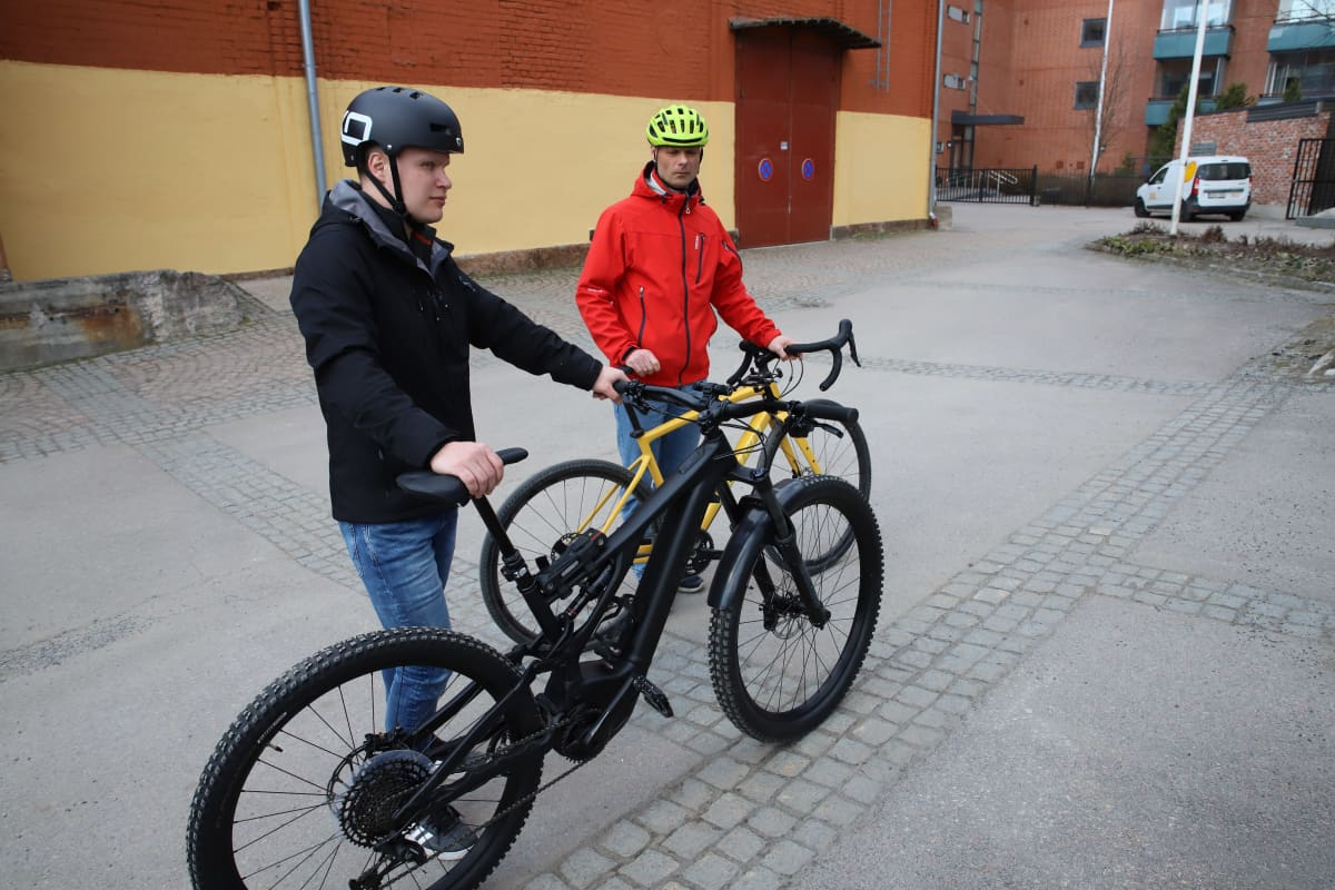 Päijät-suunnittelun toimitusjohtaja Jussi Suontama ja yhtiökumppani hallituksen puheenjohtaja Olli Laurell kuvassa työsuhdepyöriensä kanssa.