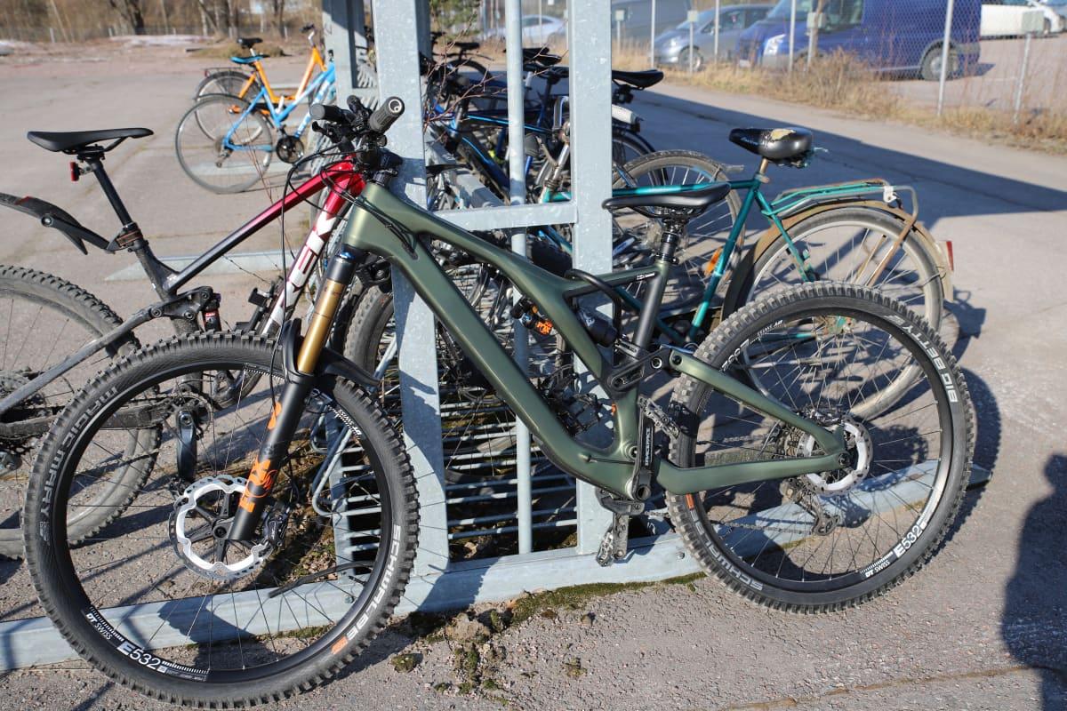 Uusi maastopyörä lukittuna pyörätelineeseen.
