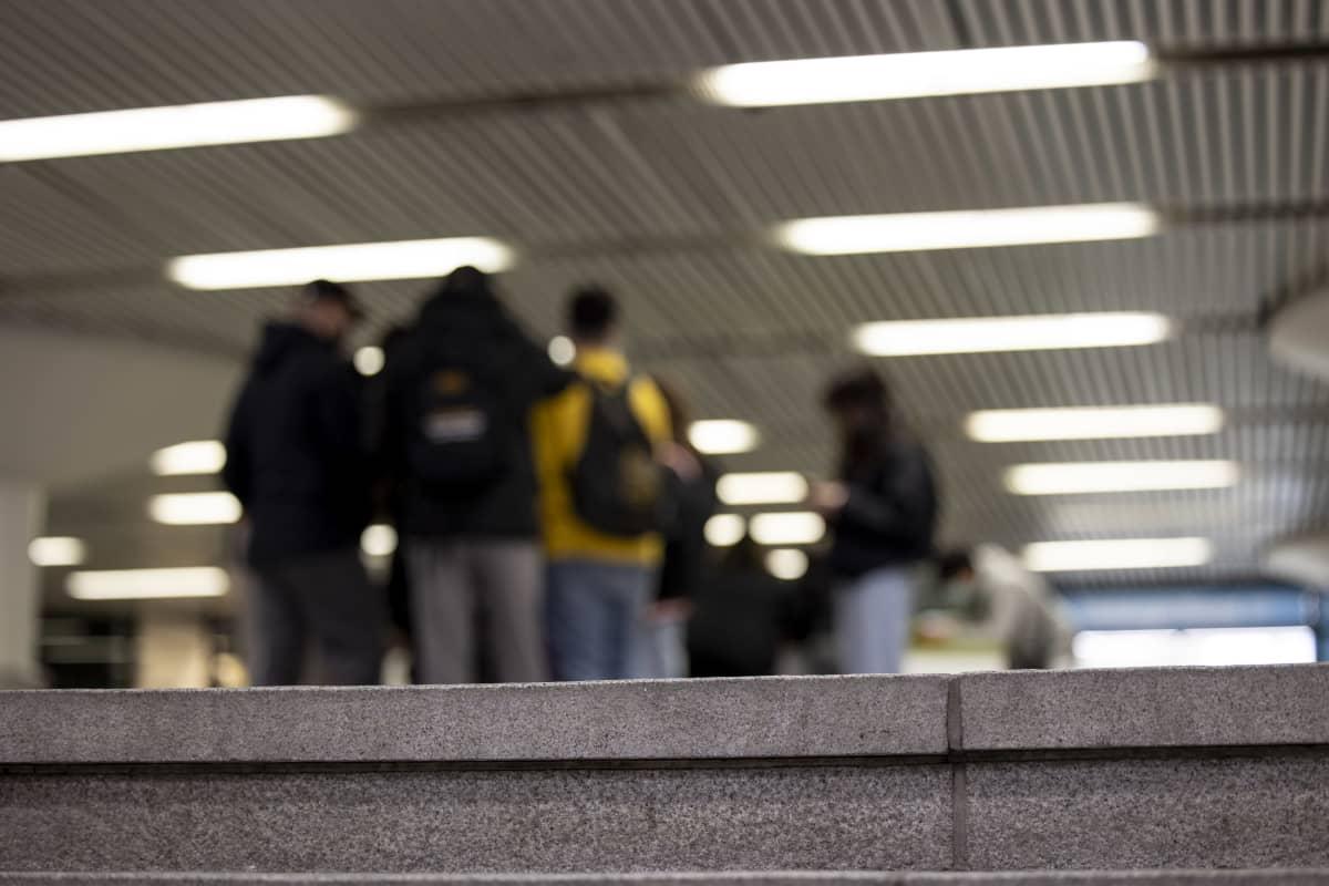 Nuoret hengailee Rautatieasemalla