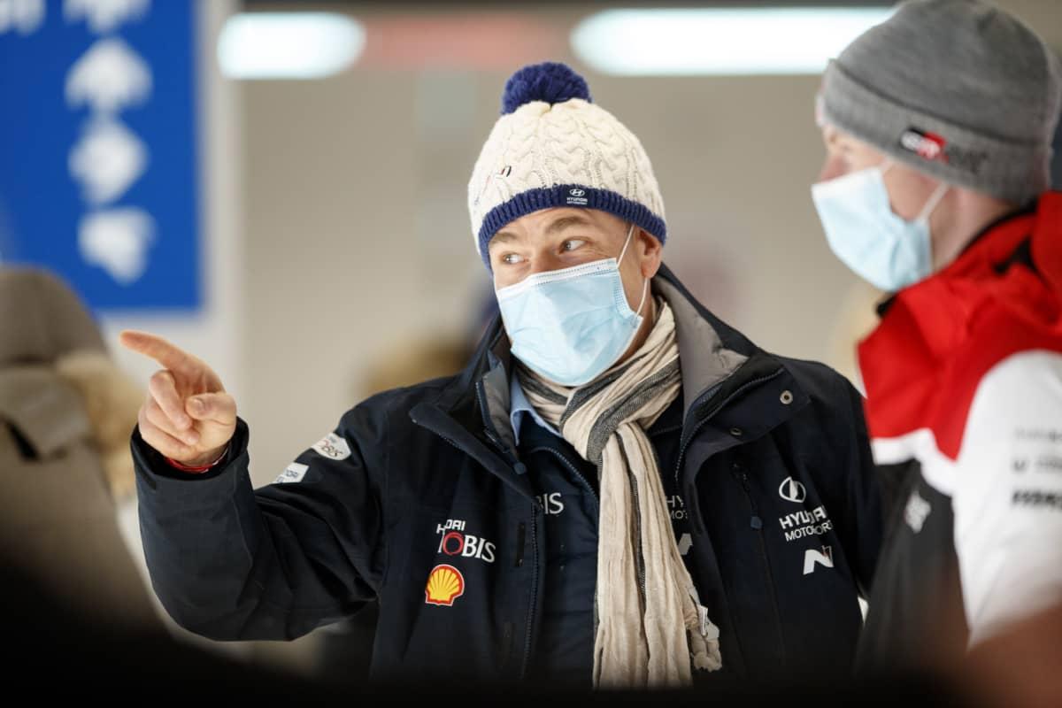 Hyundain tallipäällikkö Andrea Adamo Rovaniemen MM-rallissa 2021.
