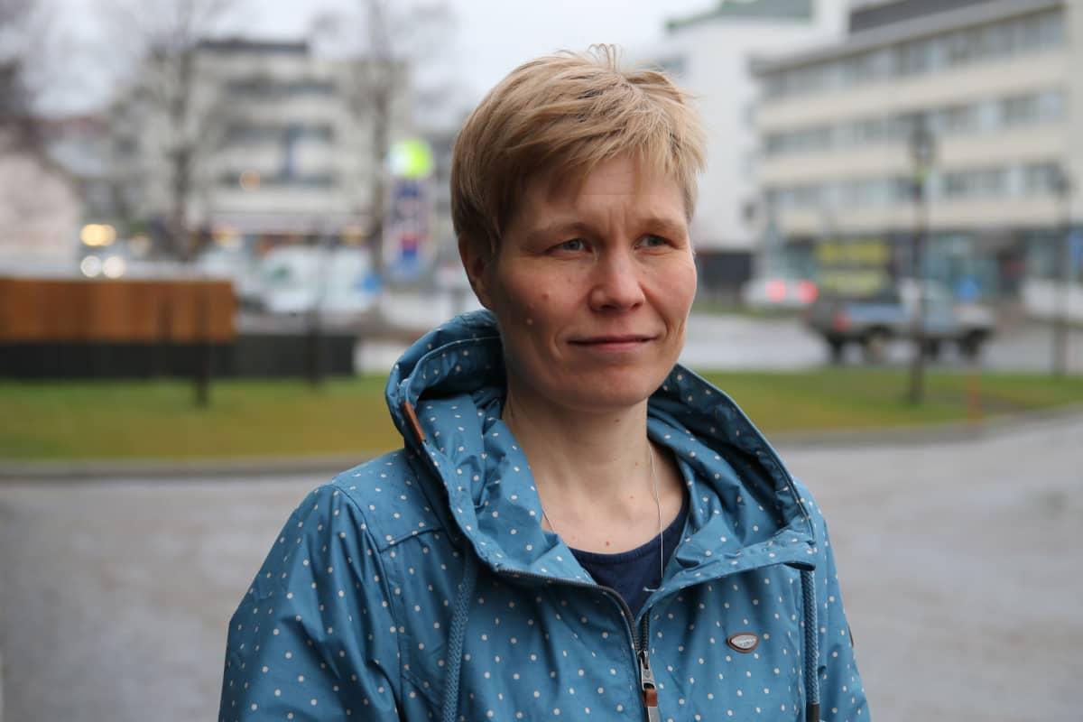Sinitakkinen Rovaniemen hallintoylilääkäri Paula Reponen, taustalla kaupunkimaisema.
