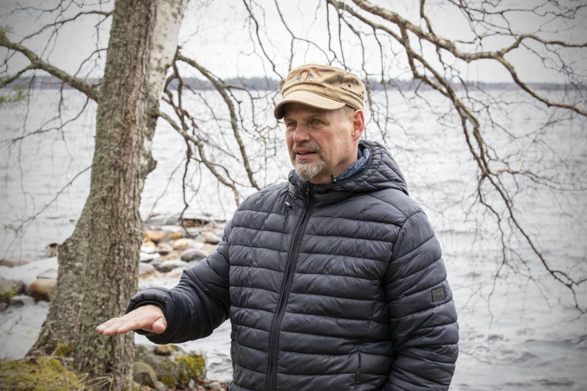 Kari Kulmala puhuu kotirannassaan Rääkkylässä.