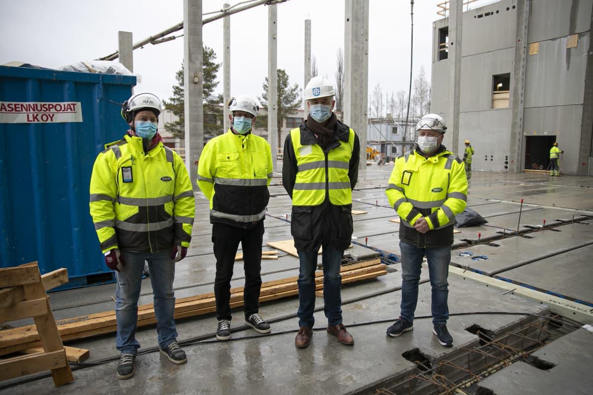 Rakennusmiehiä Forssan monitoimitalon rakennustyömaalla.