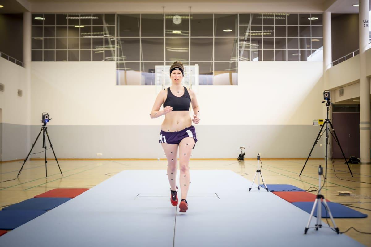 Hanna Lahdenmäki juoksutestissä UKK-instituutissa.
