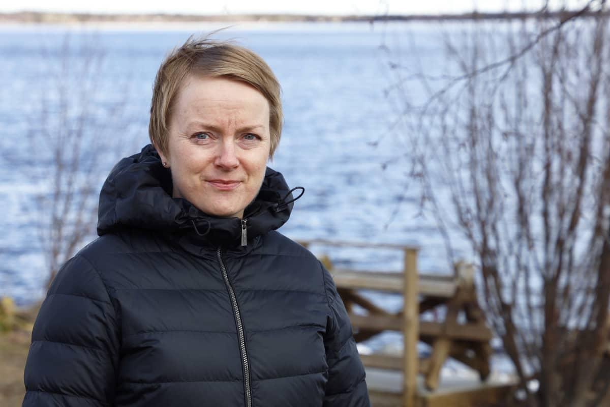 Keminmaan vs. kunnanjohtaja Hannele Matinlassi Kemijoen varressa