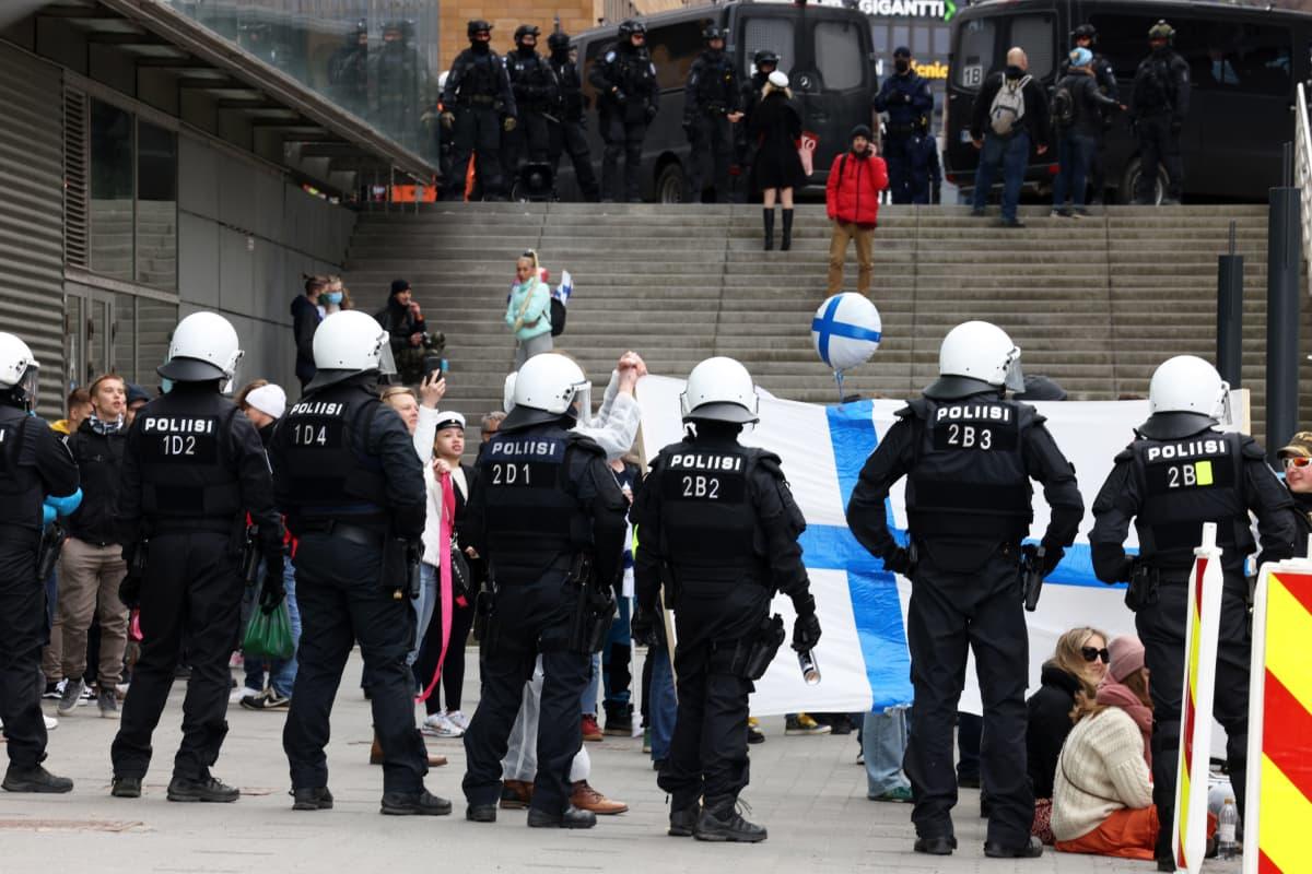 Poliiseja ja mielenosoittajia Helsingissä.