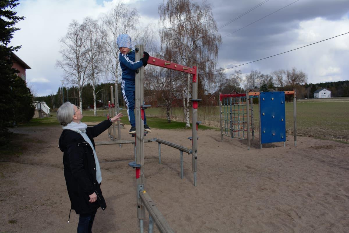 Supernanny Anne Suomalainen ja Aleksi Rannikko.