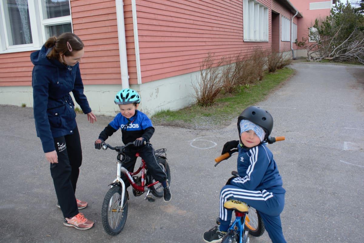 Terhi, Elias ja Aleksi Rannikko Ruskolal koulun pihassa.