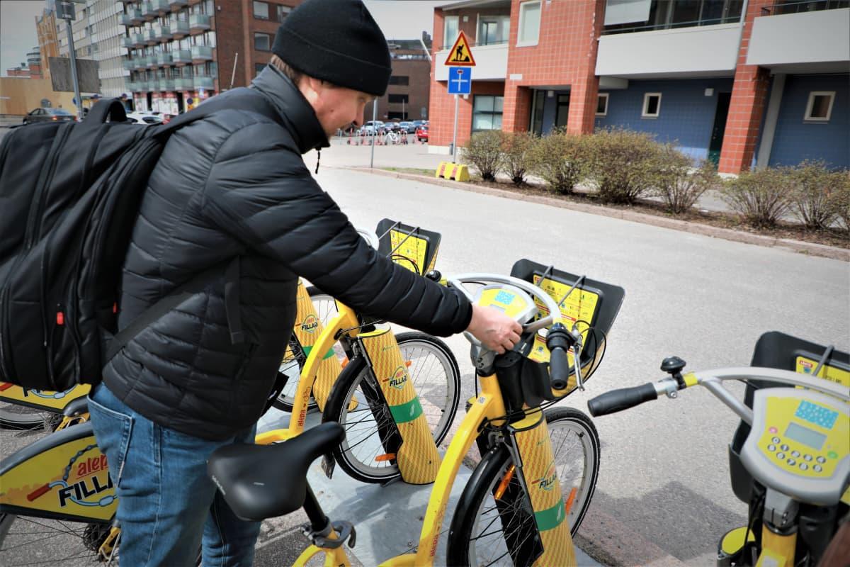 Kaupunkipyöriä tutkii Timo Ollikainen, pyöräilijä