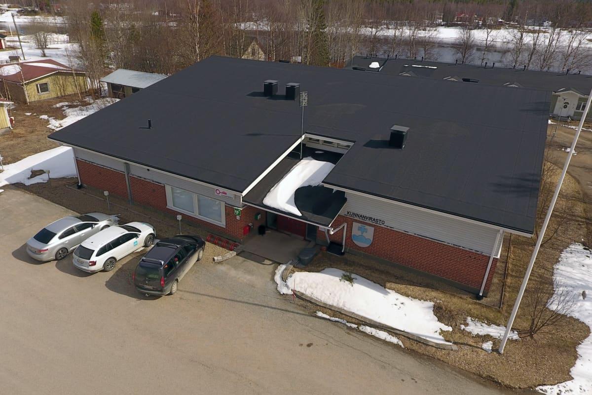 Pelkosenniemen kunnantalo ilmakuvassa. Talon taustalla siintää Kitinen.