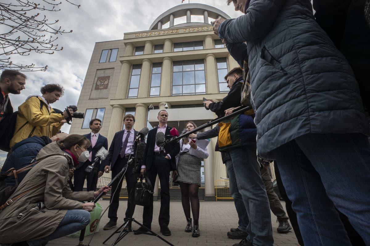 Ivan Pavlov (kesk. mikrofonin edessä) puhui tiiminsä kanssa moskovalaisen tuomioistuimen edessä medialle. Oikeudessa käsiteltiin Navalnyin tukiverkoston julistamista äärijärjestöksi.