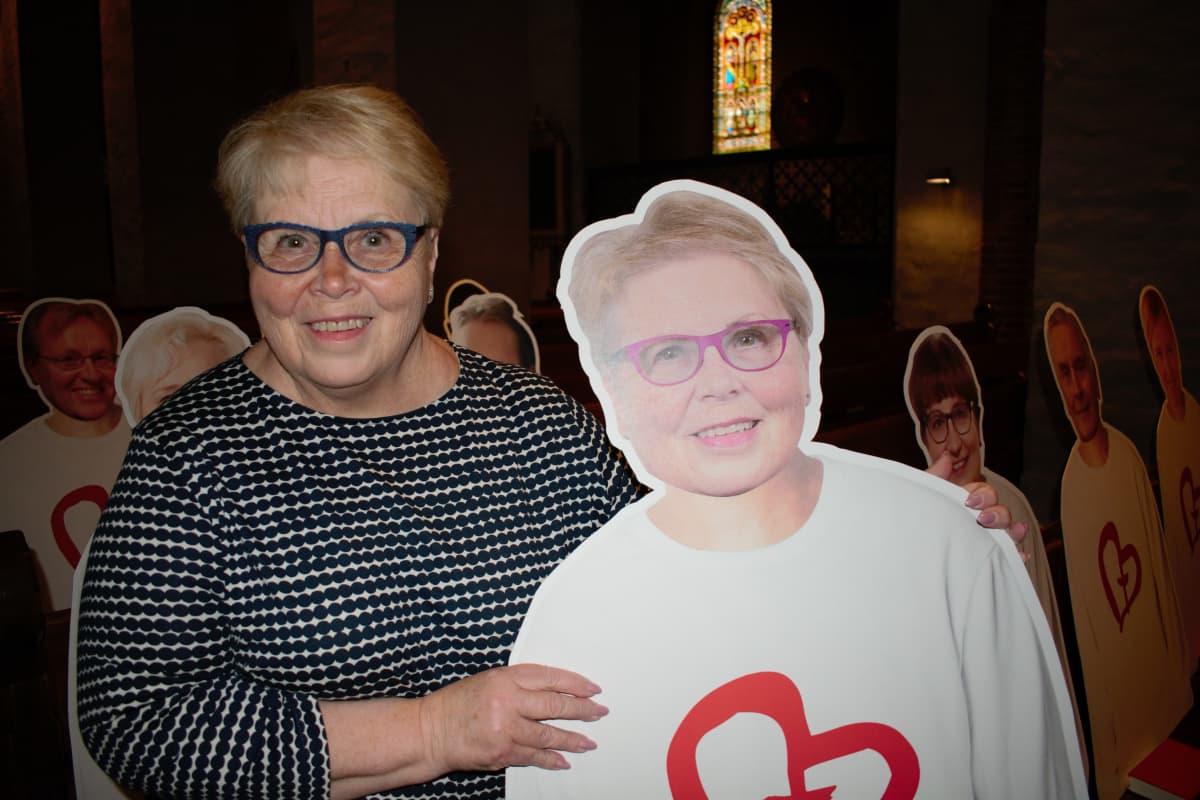 Aira Hellström pahvihahmonsa kanssa.