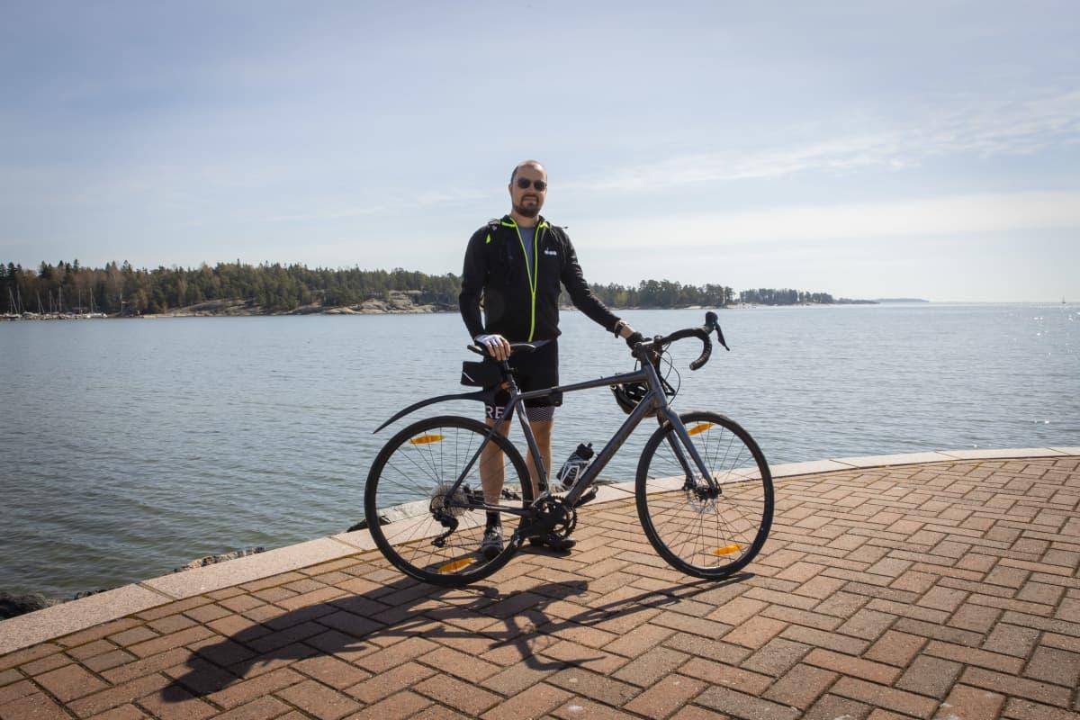 Mikko Arvola pyöräilee.