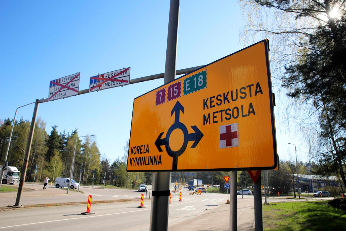 Väliaikaisesta kiertoliittymästä kertova liikennemerkki Kotkan Metsolassa