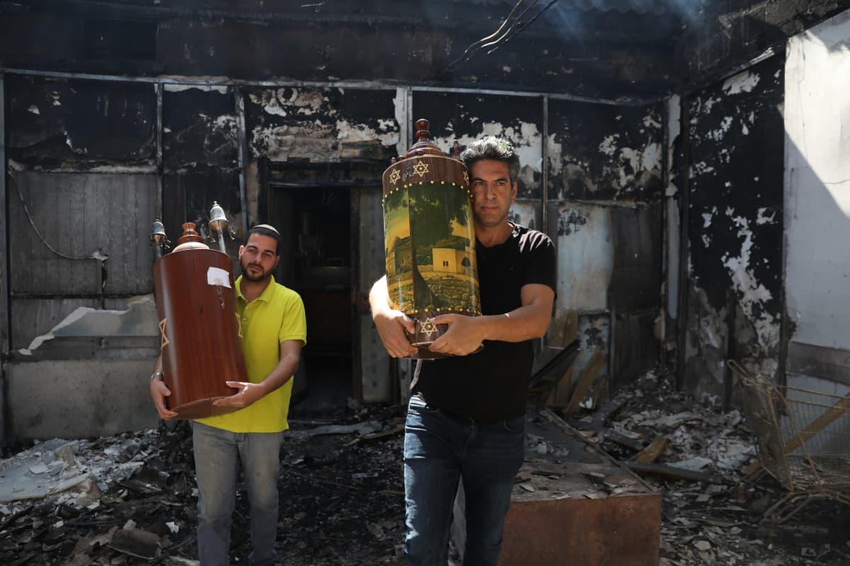 Lodissa kannettiin palaneesta synagogasta keskiviikkona ulos pyhiä kirjoituksia. Palo syttyi Lodin palestiinalaisten mellakasta.