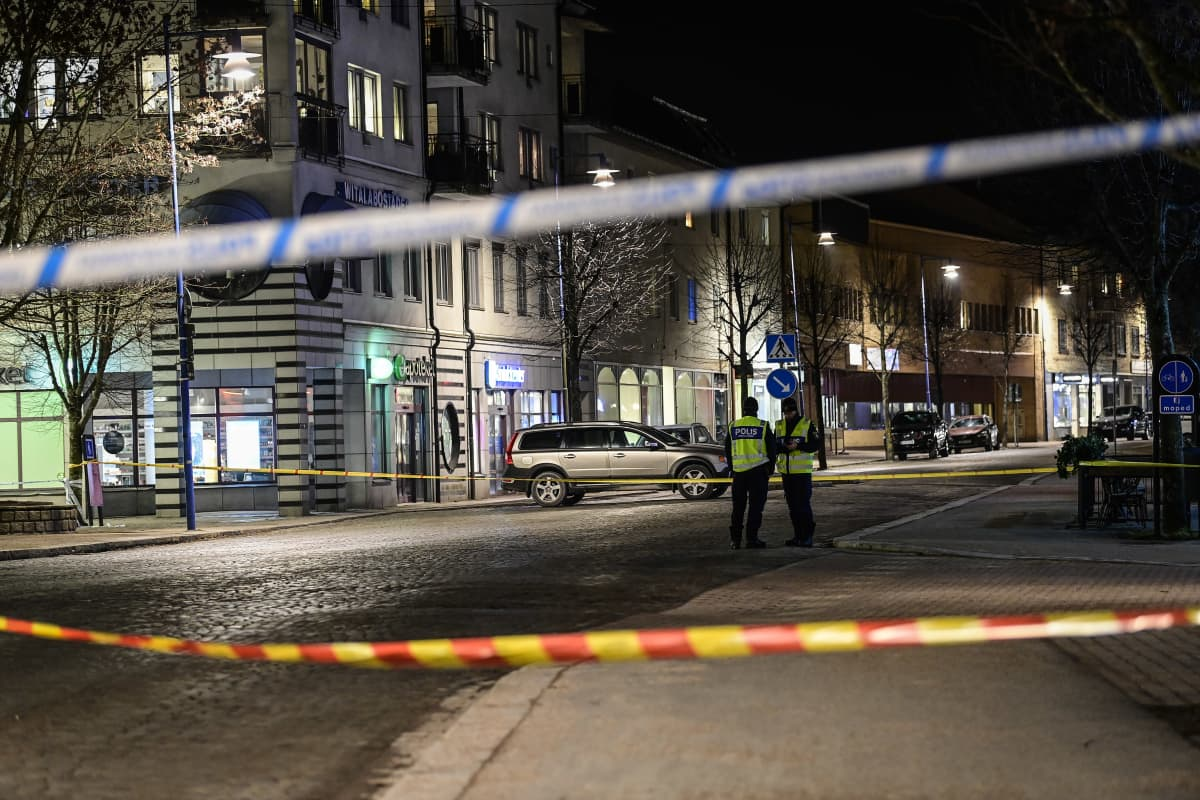 Poliisit tutkivat rikospaikkaa.