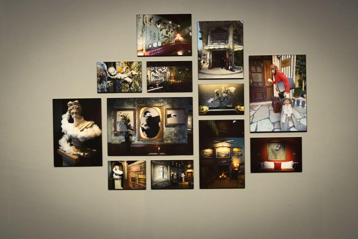 Valokuvia seinällä.