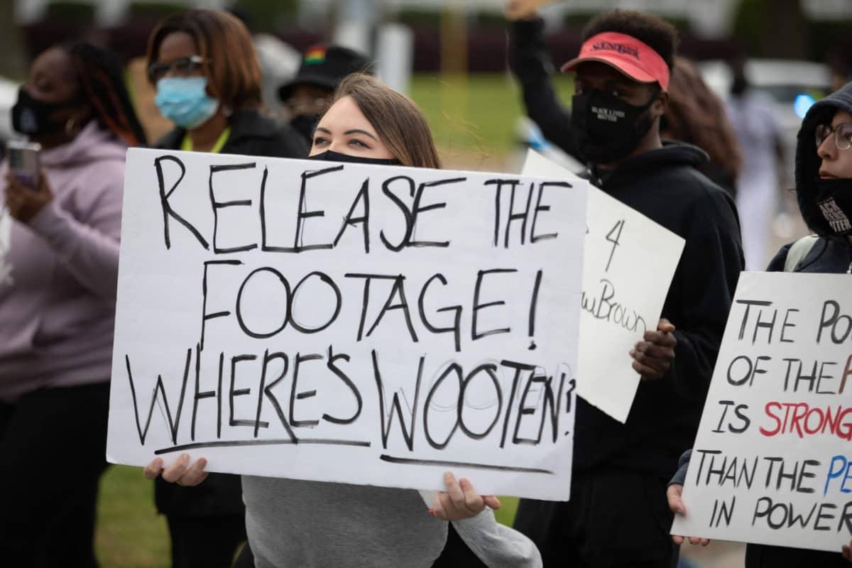 Mielenosoittajat vaativat poliisin kuvamateriaalin julkaisemista Andrew Brownin kuolemaan liittyen.