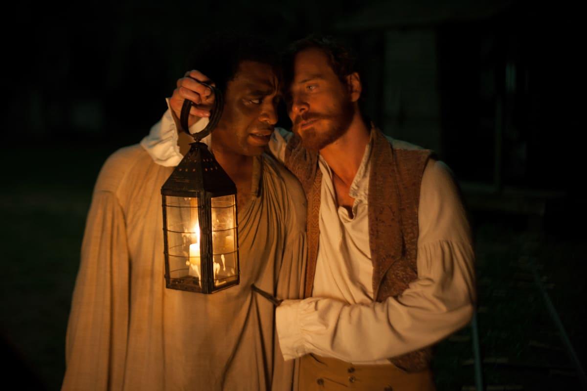 Chiwetel Ejiofor ja Michael Fassbender elokuvassa 12 Years a Slave