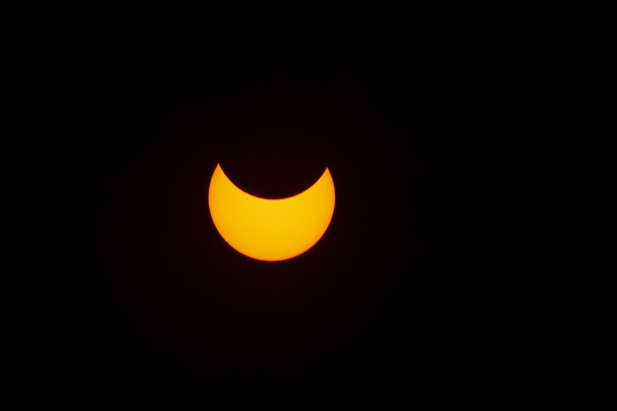 Kuu on mennyt osittain auringon etenee. Aurinko näkyy sirppinä.