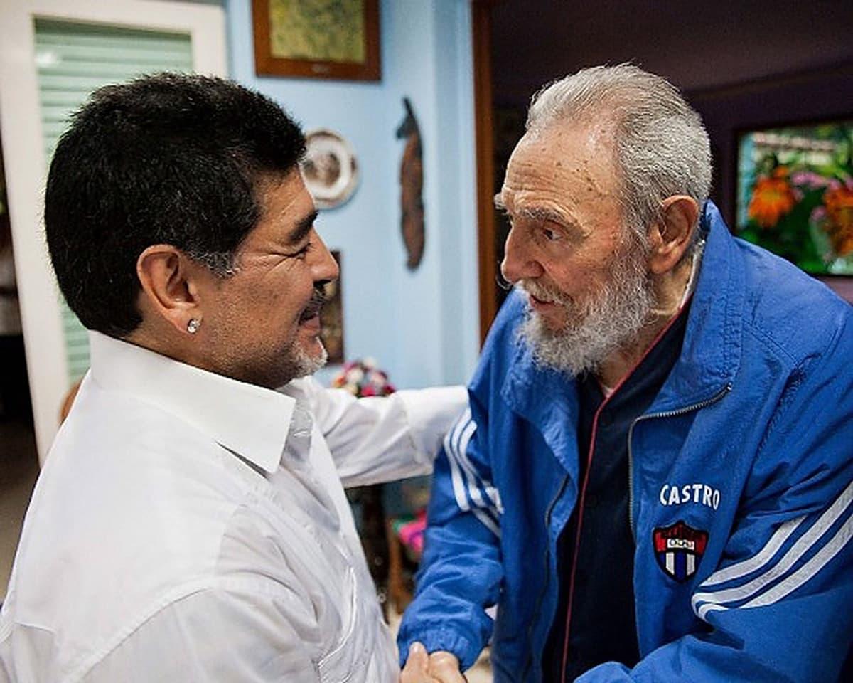 Kuuban entinen presidentti Fidel Castro tapasi jalkapallotähti Diego Maradonan Havannassa.