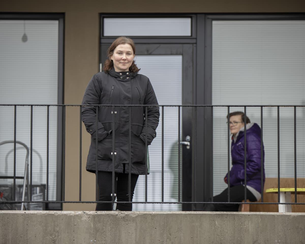 Tarja Vesanen etualalla ja takana Jonanna Smedroos.