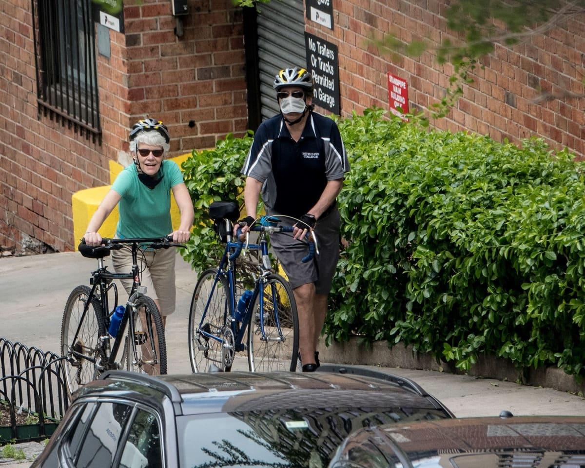 Kaksi pyöräilijää kadulla.