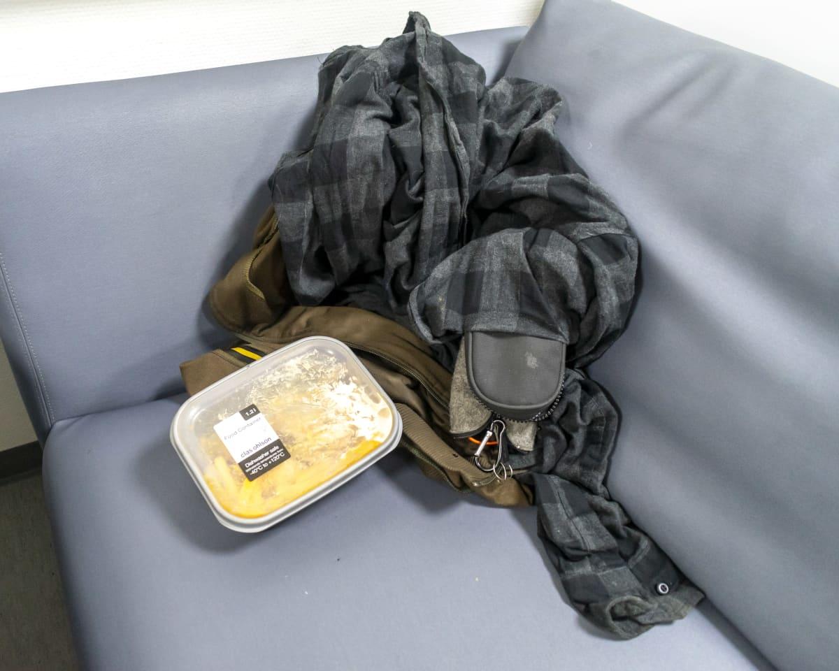 Eväsrasia ja takki sohvan nurkassa.