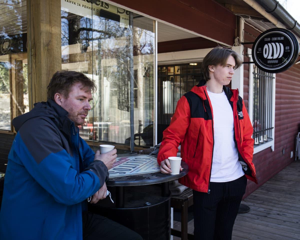 Rasmus ja Robin Holmberg, asiakkaita, Långvikin kyläkauppa.