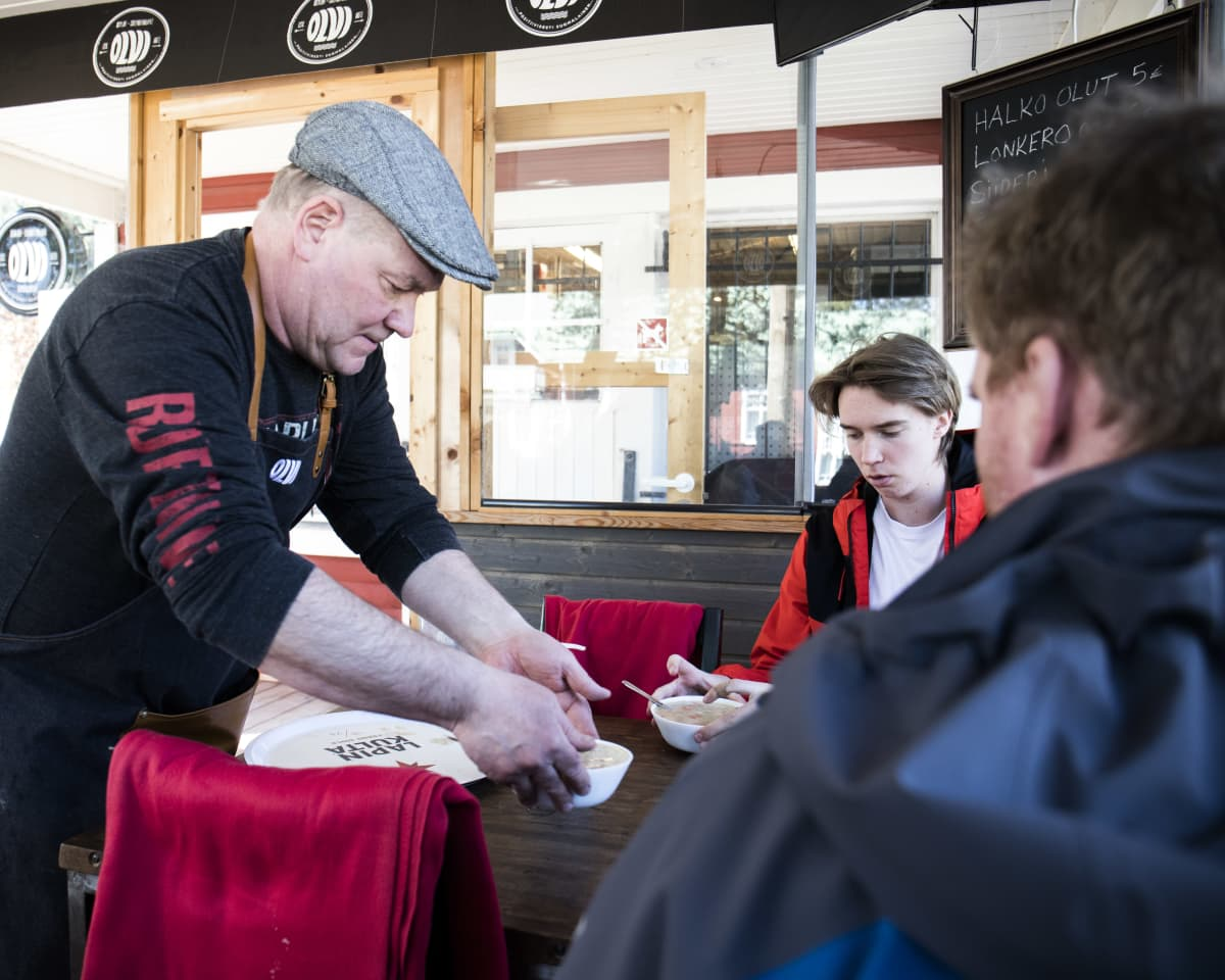 Sami Kurikka tarjoilee lohikeiton Rasmus ja Robin Holmbergille.
