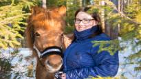 Selviytymisen pakko vie kivut ja harkinnan: satulasta pudonnut nainen juoksi hevosen perässä, vaikka vaarana oli halvaantuminen