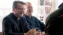 Kirkkoherra kehitti yksinkertaisen tavan tavoittaa maalaisisännät: kyläkahvilassa juttu luistaa