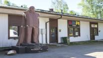 Juhani Tammisen näköispatsas löytyi Pietarsaaresta – 7-metrinen ja 2500-kiloinen Aurinkokuningas on kolmena kappaleena