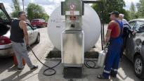 Bensiinin hinta 60 senttiä litralta vain parin kilometrin päässä Suomen rajasta – itärajan asukkaista tuli bensakansaa