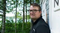 Väitöskirjasta huussilukemistoon – Timo J. Tuikka kuunteli lapsena etelän herroille irvailua, käänsi selkänsä yliopistolle ja kirjoittaa nyt satiiria vessassa lukeville