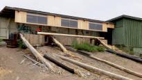 Syrjäisellä aukiolla Suomessa kuivatetaan puusta sähkötolppia, joista tuli menestys – Afrikastakin kysellään, että milloin niitä saa