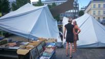 Voimakas tuulenpyörre hajotti kahvilakatokset Hämeenlinnan torilla