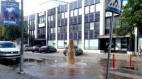 Vesiputki halkesi keskellä katua Porissa – lähialueen asukkailta vesi poikki: